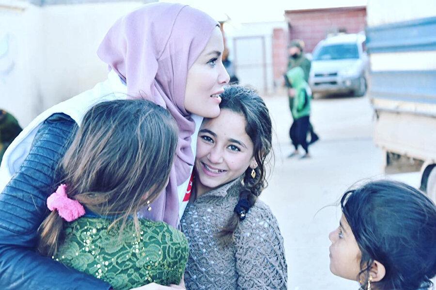 Gamze Özçelik yardım için bulunduğu Suriye'nin İdlib kentinde savaş mağduru çocuklarla bir araya geldi.