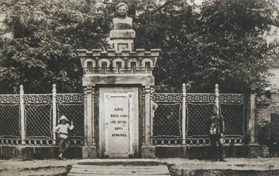 1881 yılında Aleksey Yermolov'un Grozni'ye dikilen anıtı.