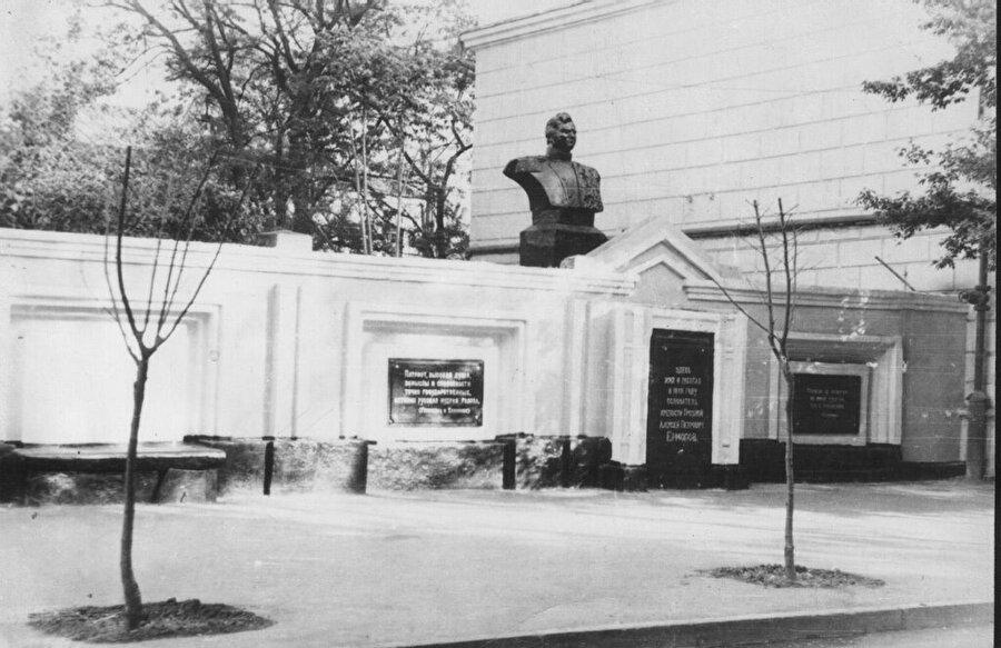 1949 yılında tekrar yapılan Yermolov'un anıtı 1989 yılında kaldırıldı.