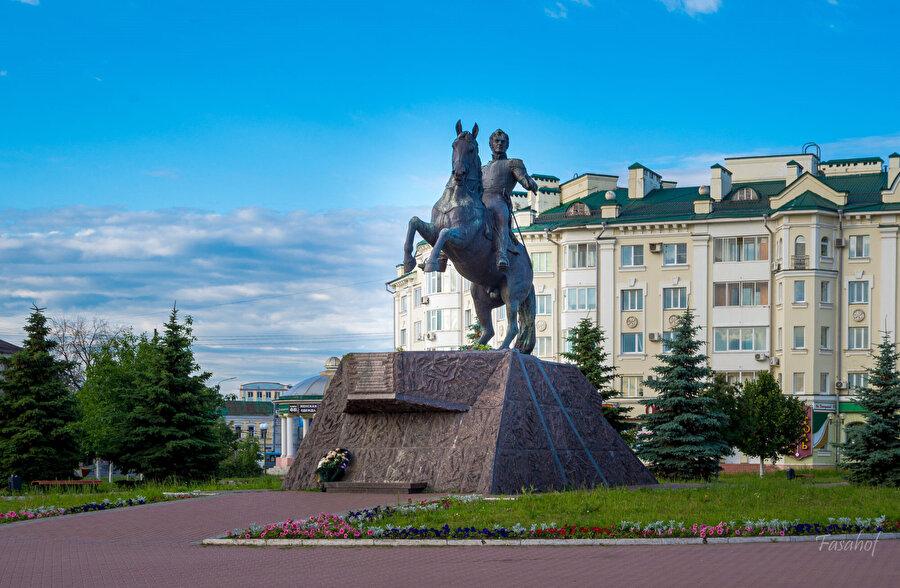Orel şehrinde 2012 yılında yapılan Aleksey Yermolov heykelinin yapılmasına yaklaşık 19 milyon ruble (1.5 milyon TL) harcandı.