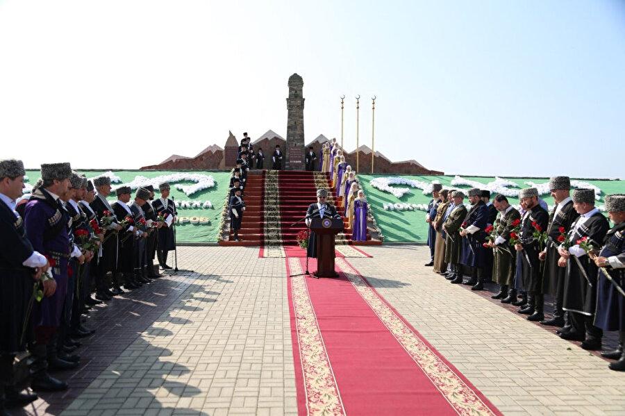 2013 yılında Çeçenistan'ın Gudermes şehri, Dadi Yurt köyünde inşa edilen anıtın açılış töreninden bir kare.