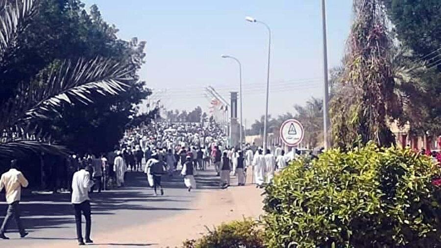 Hartum'a da sıçrayan gösterilerde polis ve halk arasında çıkan çatışmalarda 22 kişi hayatını kaybetti.
