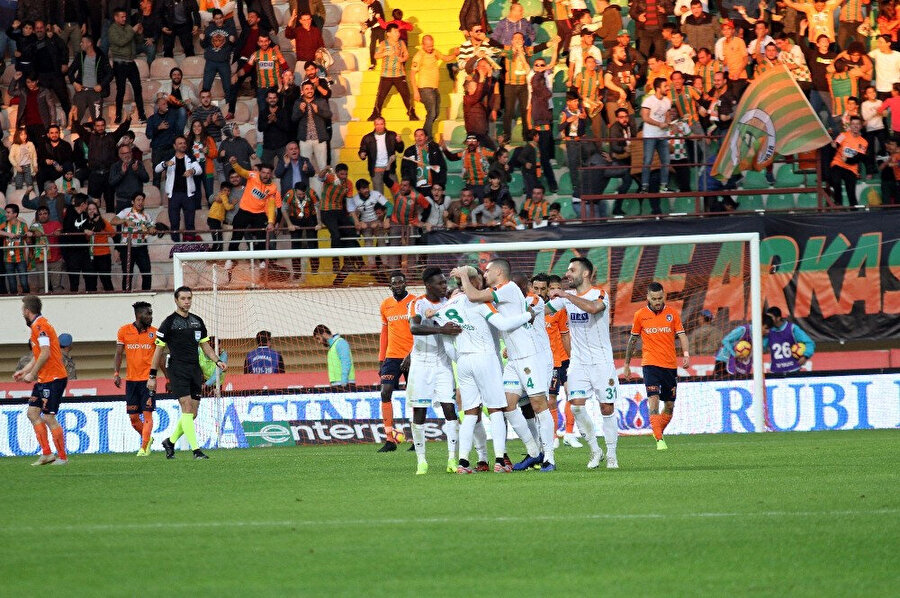 Alanyaspor forması giyen oyuncular, beraberlik golünün ardından büyük sevinç yaşadı.