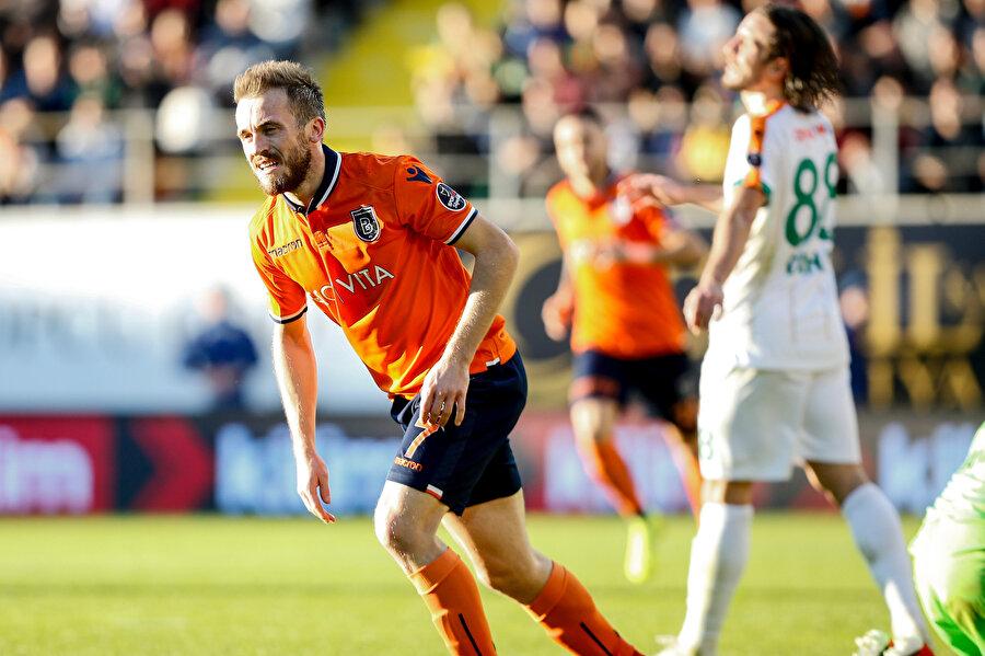 Edin Visca attığı golün ardından takım arkadaşlarına koşuyor.