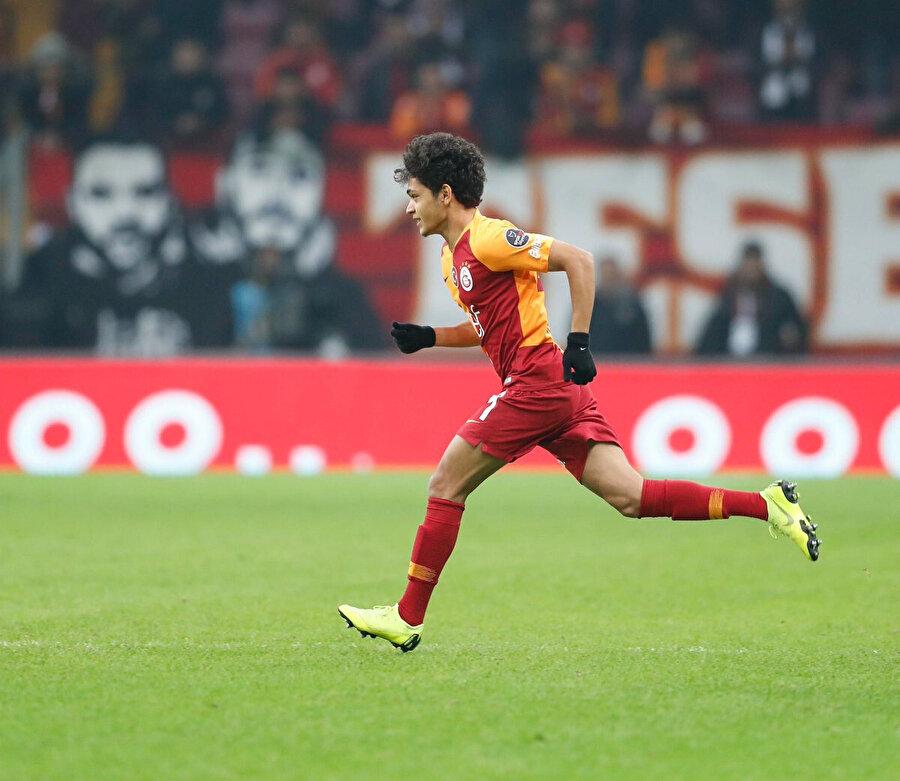 Oyunun durmasının ardından Mustafa Kapak sahaya koşarak girdi.