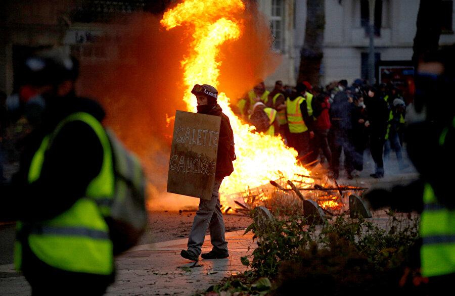 Protestocuların ülke genelindeki eylemlerde yer yer ateş yaktığı görüldü.