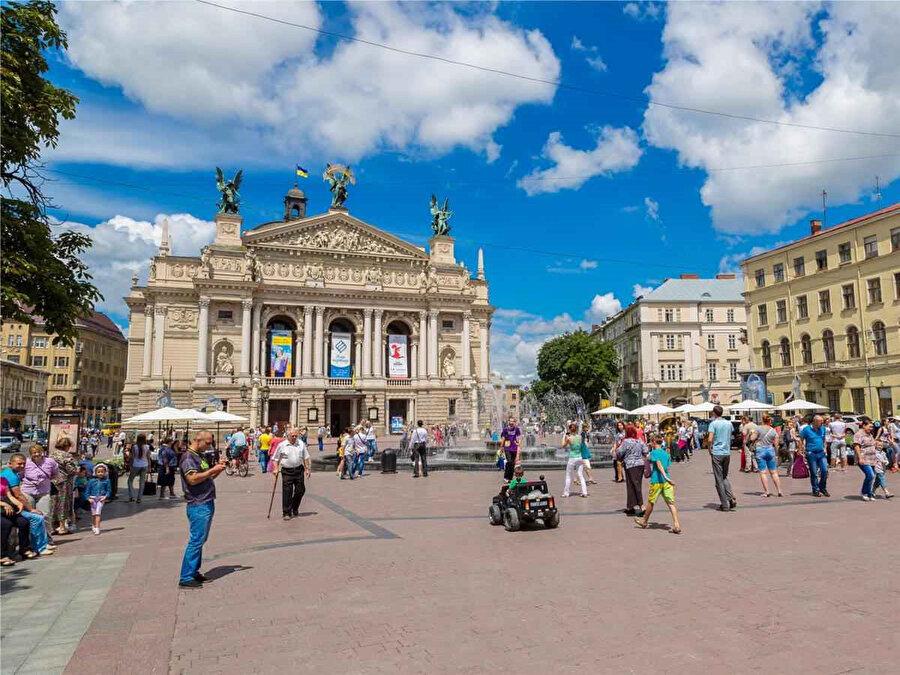 Lviv, müzeler ve operalar şehri olarak dikkat çekiyor.