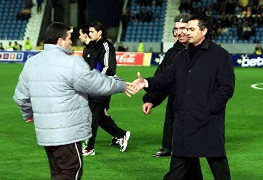 Jose Mourinho maç öncesinde Rıza Çalımbay'a şans diliyor.