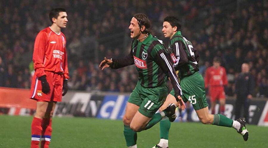 Mustafa Özkan, Stade de Gerland'ı sessizliğe gömdüğü golünün ardından büyük bir sevinç yaşıyor.