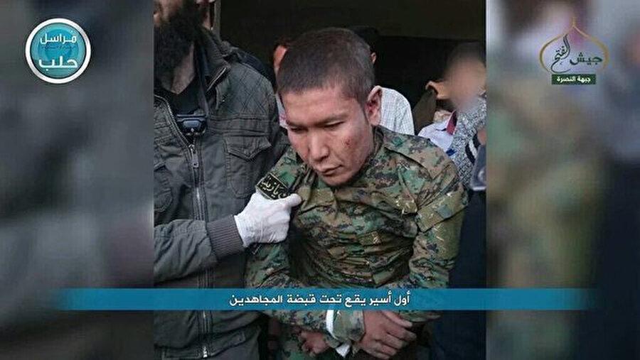Halep'te muhalifler tarafından yakalanan bir Hazara kökenli Fatimuyyun milisi.