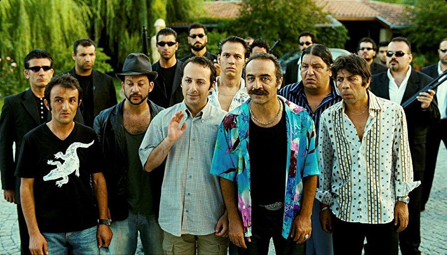 Organize İşler serisinin ilk filminde, Tolga Çevik, Ersin Korkut ve Cem Yılmaz da rol aldı.
