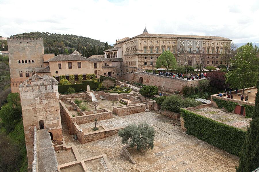 1492'de Müslümanların İber Yarımadası'ndan sürülmeye başlaması, mimari eserler üzerinde de kıyımı hızlandırdı. Elhamra Sarayı'nın içine inşa edilen bu Rönesans sarayı, bu durumun örneklerindendir. (Fotoğraf: Muhammed Yıldız)