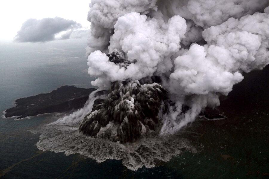 Tsunamiye, Anak Krakatau Yanardağı'ndaki volkanik hareketlilik sebep oldu.