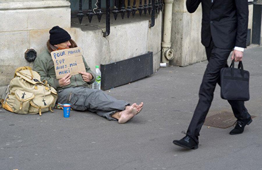 Fransa'da dilenen bir evsiz.