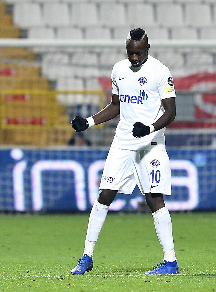 Diagne attığı golün ardından tek başına seviniyor.