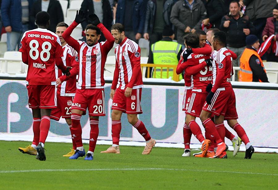 Sivassporlu futbolcular, Robinho'nun golünü hep birlikte kutluyor.