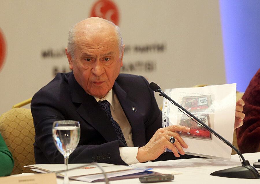 MHP Genel Başkanı Devlet Bahçeli, basın kuruluşlarının Ankara temsilcileriyle Ankara'da Sheraton Otel'de bir araya geldi. Bahçeli, gazetecilerin kendisine yönelttiği soruları yanıtlarken bazı fotoğraflar gösterdi.
