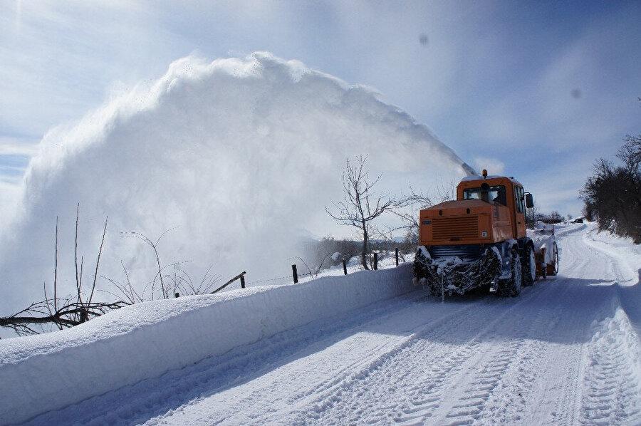 Yurdu etkisi altına alan kar yağışı sebebiyle kapanan yollar açıldı.