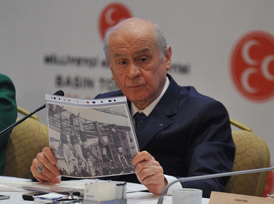 MHP lideri Bahçeli basın toplantısında Mussolini'nin fotoğrafını göstererek 'Bu resim korkunç bir resimdir. Sana zaten yazık olmuş Metin Akpınar şu tabloyu Mussolini'nin ayaklarından asıldığı fotoğraf. 21'inci yüzyılda, 2023 yılında, 1945'i örnek göstererek eleştiri yapmak bu eleştiri değildir.' İfadelerini kullandı