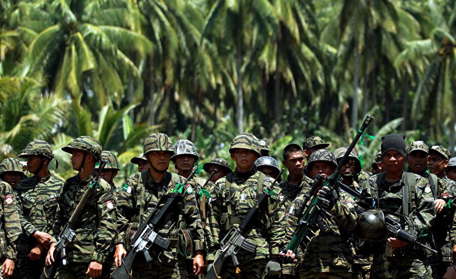 Moro İslami Kurtuluş Cephesi askerleri...