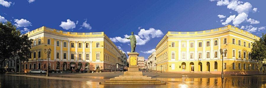 Odesa tarihi kent meydanının panoramik görünümü.