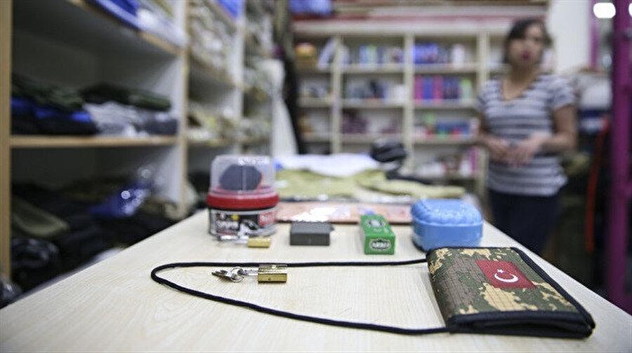 Ortalama ekonomik bir asker çantasının maliyeti 200 TL'yi buluyor. Çantanın içerisinde ise faniladan çoraba, asma kilitten para cüzdanına kadar çok sayıda ürün yer alıyor.