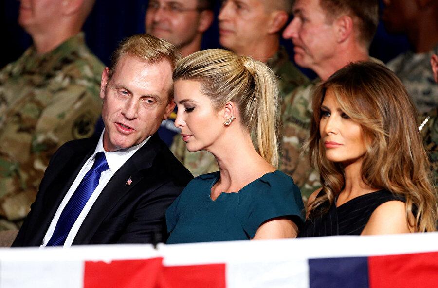 Patrick Shanahan, Afganistan'la ilgili düzenlenen bir toplantıda Donald Trump'ın kızı Ivanka Trump ile sohbet ediyor.