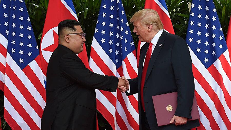 ABD Başkanı Donald Trump ile Kuzey Kore Devlet Başkanı Kim Jong-un, Singapur'un Sentosa Adası'ndaki Capella Otel'de bir araya gelerek el sıkışmıştı.