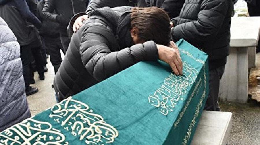 Selami Şahin abisinin cenazesi başında gözyaşlarına hakim olamadı.