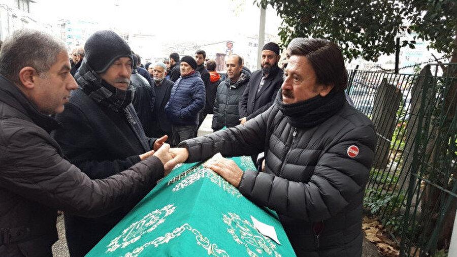 Selami Şahin abisinin cenazesi başında taziyeleri kabul etti.