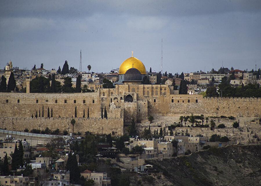 İsrail işgali altındaki Doğu Kudüs'ün Eski Şehir bölgesinde bulunan Mescid-i Aksa, Müslümanların ilk kıblesi olma özelliğini taşıyor.