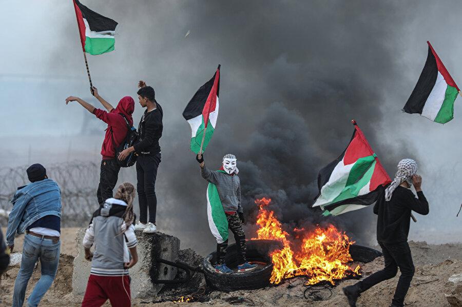 İsrail'in yaklaşık 12 yıldır aralıksız şekilde Gazze'ye kara, hava ve denizden uyguladığı ablukanın kaldırılması talebiyle her pazartesi günü gerçekleştirilen deniz eylemine çok sayıda Filistinli katılıyor.