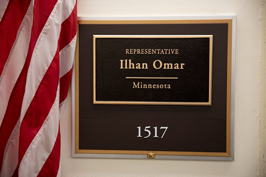 Ilhan Omar'ın odasının girişinde isminin yazılı olduğu tablo.