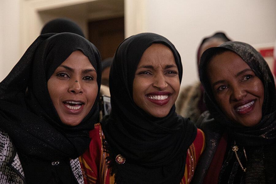 Yemin törenine Omar'ın arkadaşları ve akrabaları katıldı.