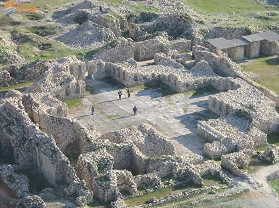Şah İsmail'in annesi ve kardeşleriyle birlikte kalesinde hapis kaldığı Istahr, Sâsânî İmparatorluğu döneminin önemli şehirlerindendir. Günümüzde yalnız kalıntıları bulunan şehir, İran'ın Fars Eyaleti'nde yer alır.