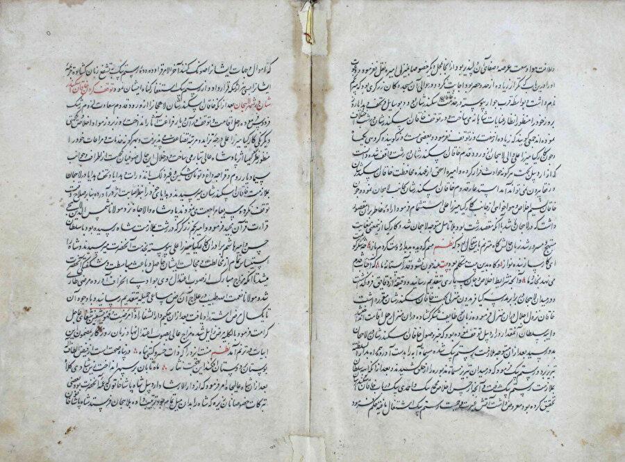 Hasan-ı Rûmlû (ö. 1577) tarafından kaleme alınan ve Safevî tarihinin önemli kaynaklarından biri olan Ahsenü't-tevârîh'in Süleymaniye Kütüphanesi Esad Efendi Koleksiyonu'nda yer alan nüshasından örnek sayfalar.