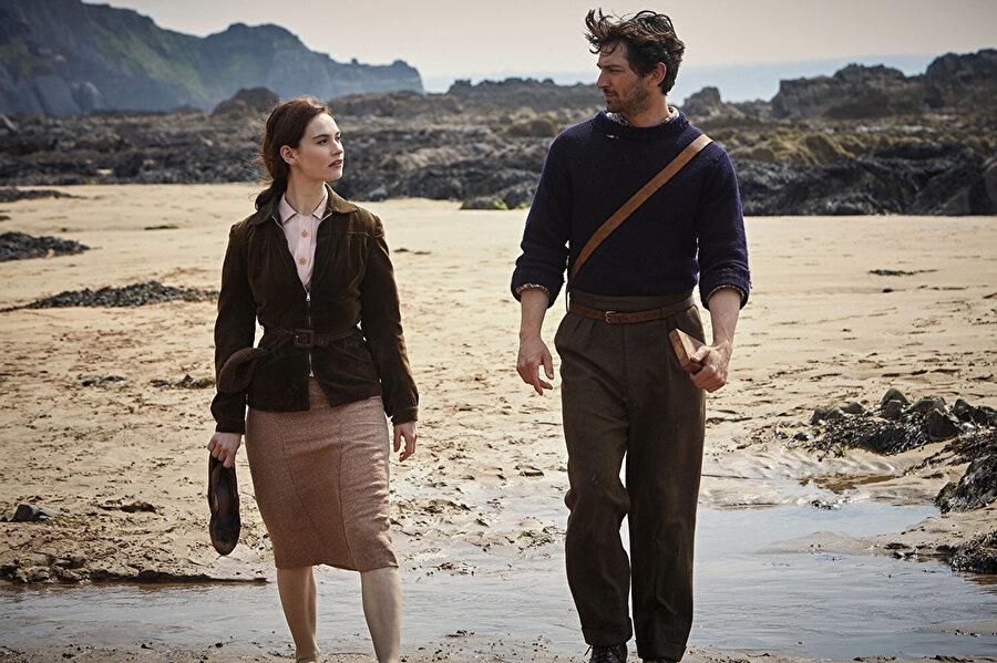The Guernsey Literary and Potato Peel Pie Society filminden bir kare.