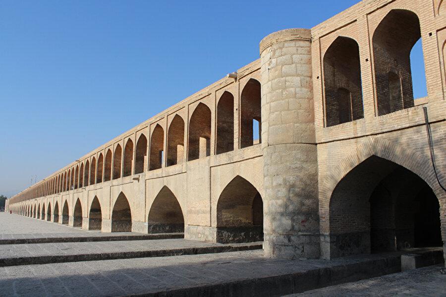 Safevî mimarisinin İsfehan'daki en muhteşem örneklerinden biri olan ve yaklaşık 300 metre uzunluğundaki 33 Kemerli Köprü anlamına gelen Pol-i Sî u Se. (Fotoğraf: Yusuf Sami Kamadan)