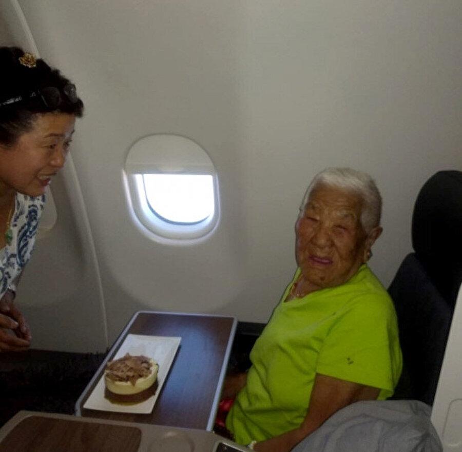 Doğum gününü uçakta kutladı.