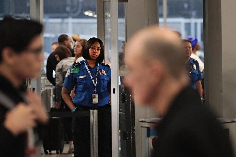 Turizmciler saatlerce havaalanlarında beklemek zorunda kalan yolcuların bu durumunun uzun sürmesi halinde ülke turizminin ciddi yaralar alacağı görüşünde.