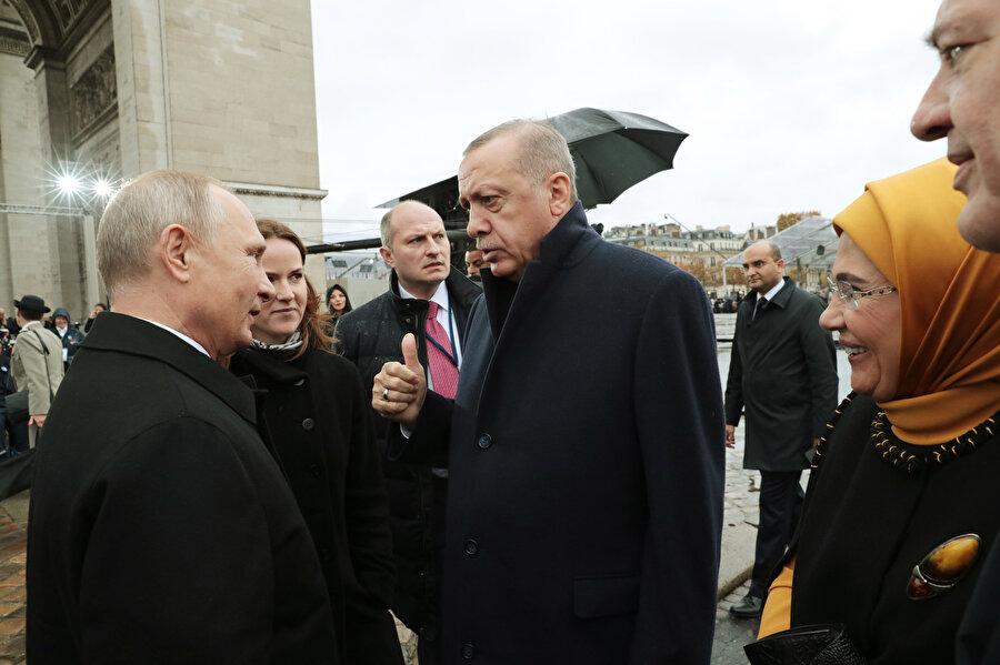 Fransa'nın başkenti Paris'te, Birinci Dünya Savaşı'nın sona erişinin 100'üncü yıl dönümü dolayısıyla düzenlenen anma töreni sonunda Cumhurbaşkanı Erdoğan, Rusya Devlet Başkanı Vladimir Putin ile bir süre sohbet etmişti.