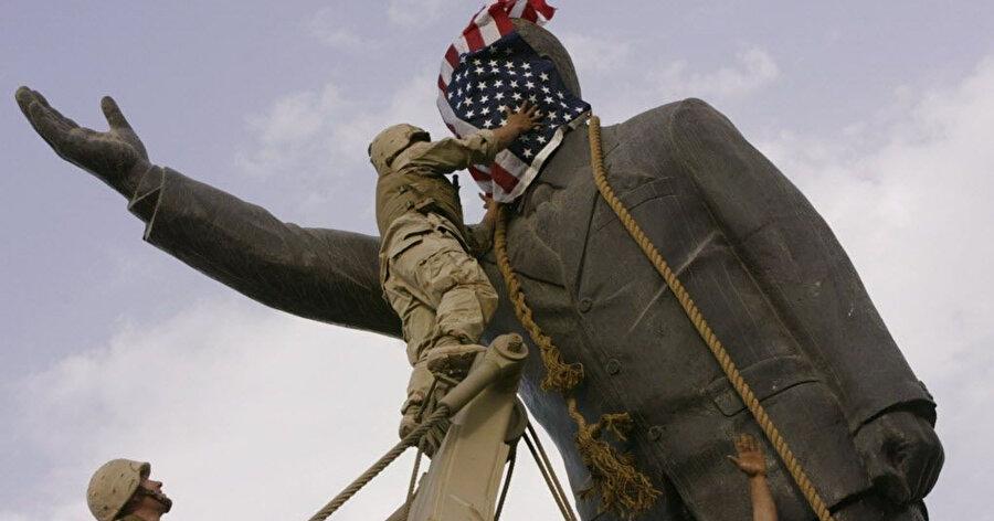 ABD'nin Irak'ı işgali sonrası Bağdat'da Saddam Hüseyin'e ait heykelin yıkılması sırasında çekilen fotoğraflardan biri. (Nisan 2003)