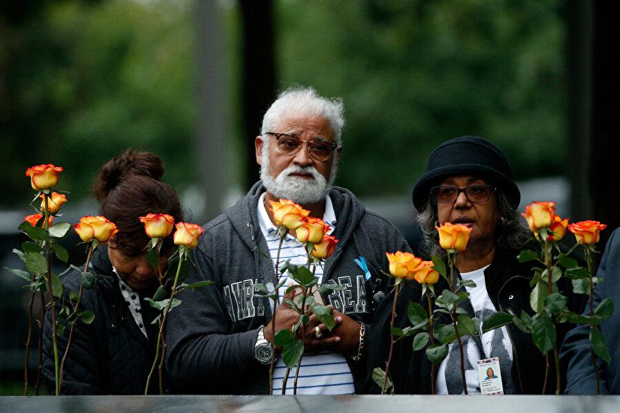 Anma törenine katılanlar anıta çiçek bıraktı.
