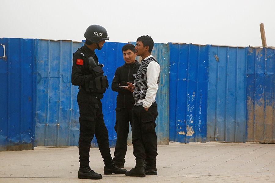 Uygurlar Çin güvenlik güçleri tarafından sıkı bir denetim altında tutuluyor.