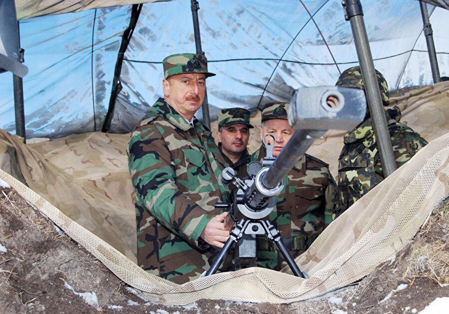 Cumhurbaşkanı İlham Aliyev zaman zaman Azerbaycan-Ermenistan cephe hattına giderek konuşmalarında yeni bir savaşın sinyallerini veriyor.