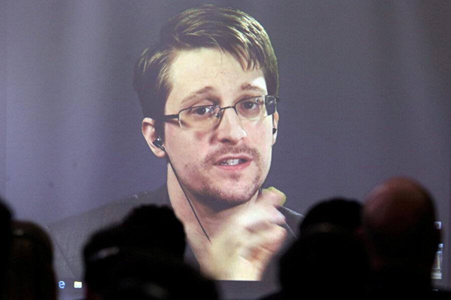 Snowden NSA'daki görevinden 'gizli belge sızdırma' nedeniyle uzaklaştırılmıştı.