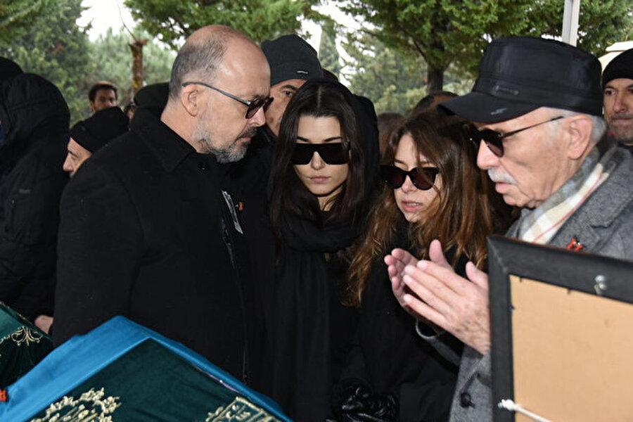 Hande Erçel ve ailesi.