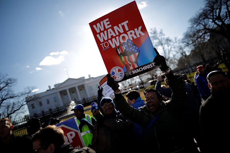 Beyaz Saray'a yakın 16. Cadde'de Amerikan Emek Federasyonu ve Endüstriyel Örgütler Kongresi binası önünde toplanan göstericiler ellerinde 'İşe dönmek istiyorum', 'Kongre işini yapsın, biz de işimizi yapalım' yazılı pankartlar taşıdı.
