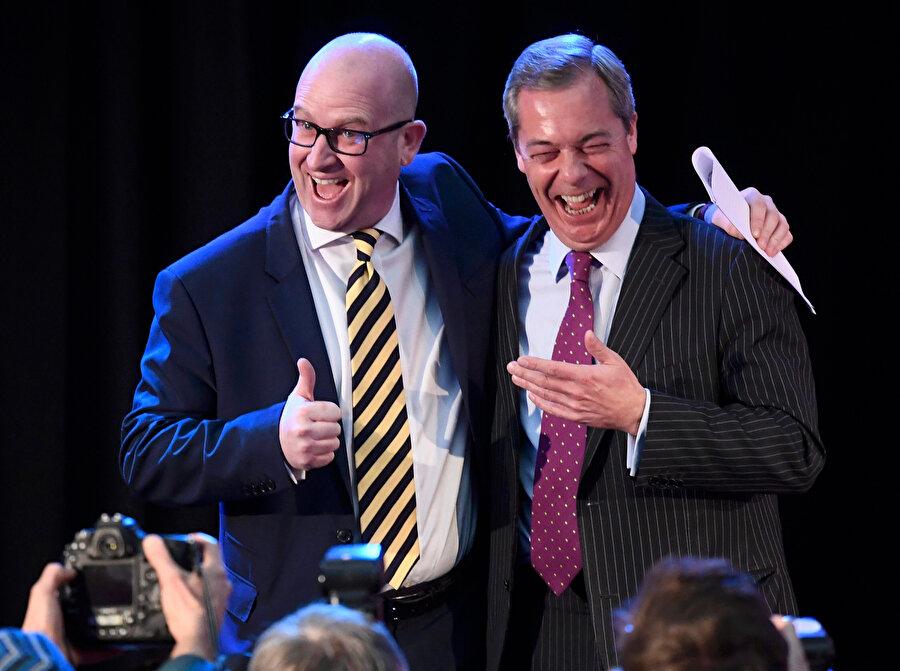 Nigel Paul Farage (sağda) bir konuşmada siyasetçi Paul Nuttall ile görünüyor.