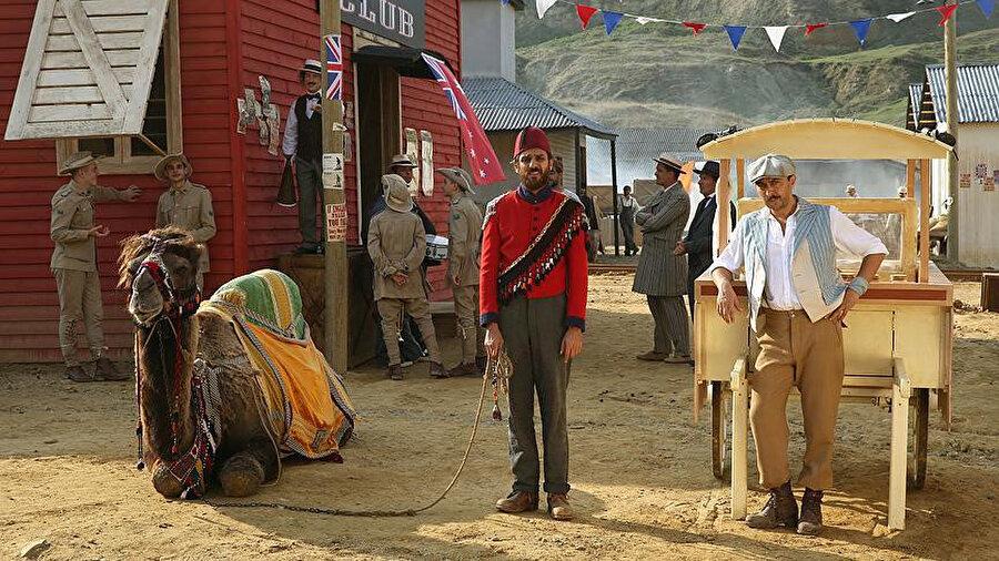 Filmde Avustralya'da yaşayan iki Türk karakterini, Erkan Kolçak Köstendil ve Ali Atay canlandırıyor.